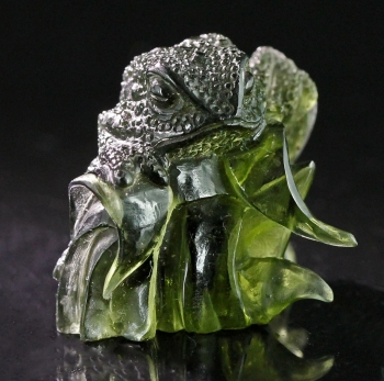 Moldavite carving from Chlum, Moldau River Valley, Czech Republic [db_pics/pics/moldavite13b.jpg]