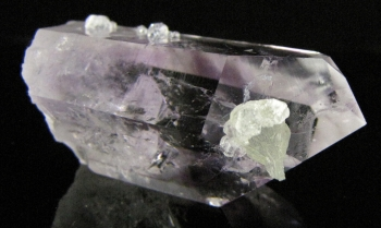 Quartz Var. Amethyst with Prehnite and Analcime from Goboboseb Mtns. Brandberg Dist. Erongo Region, Namibia [db_pics/pics/quartz53d.jpg]